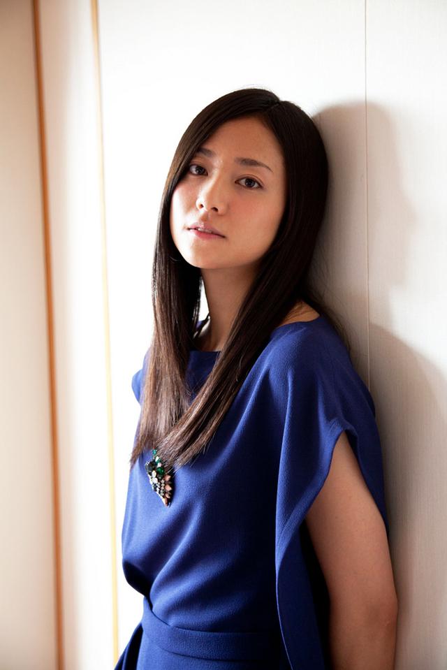 青の衣装が映える木村文乃